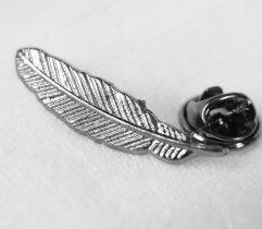 Przypinka, wpinka, pin piórko czarne metalowe