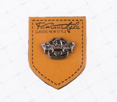 Aplikacja - Skórka z Metalowym Emblematem